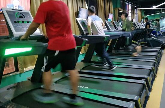 在跑步机上跑步要不要抓扶手