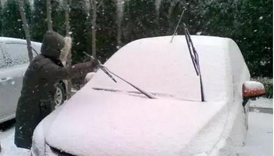 下雪天将雨刷器扶起可防止结冰