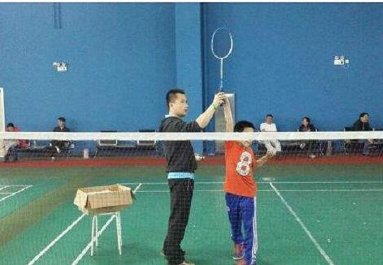 练习羽毛球