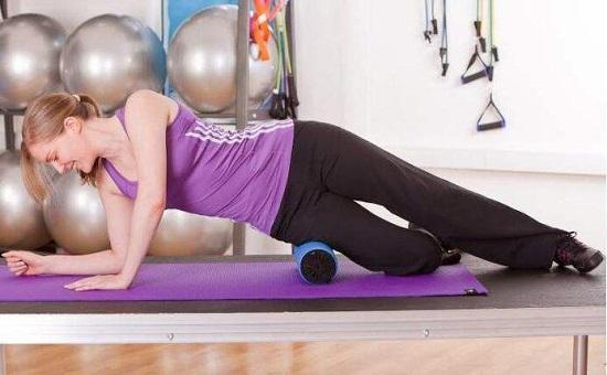 用泡沫轴按摩阔筋膜张肌和臀中肌