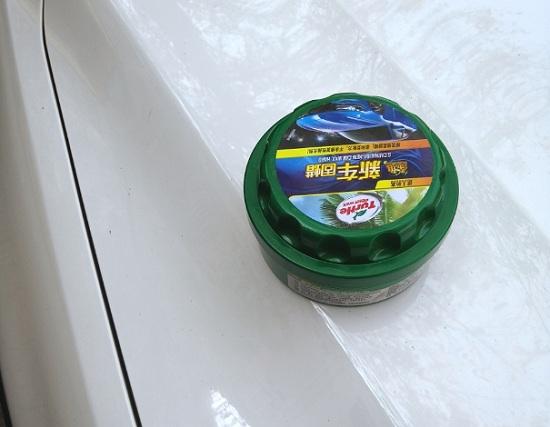 给汽车表面封釉打蜡