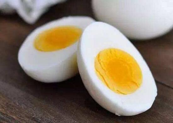 蛋黄中含有较多脂肪和胆固醇