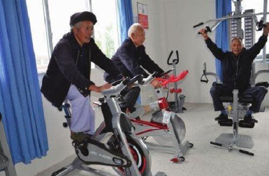 老年人骑动感单车
