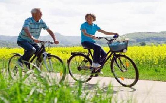 老年人骑自行车