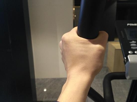 用尽全力的手臂(容易引发异响)