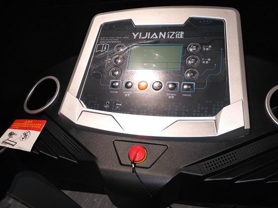 亿健E3跑步机的仪表盘和控制面板