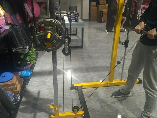 在史密斯机上进行绳索上拉训练