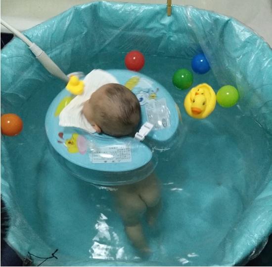 在浴池中洗澡的宝宝