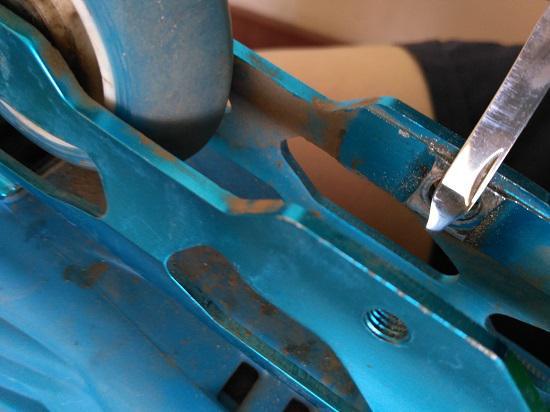 轮滑鞋的刀架卡轮子怎么办