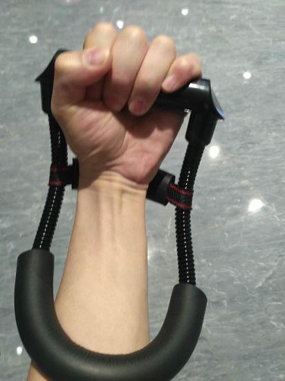 用腕力器练腕力