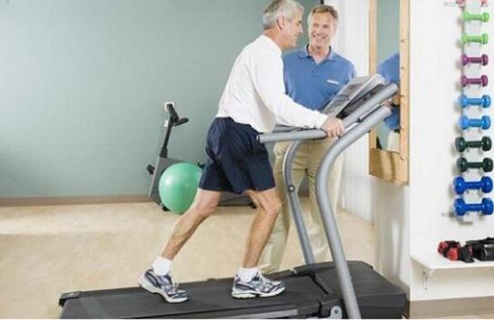 老年人使用跑步机